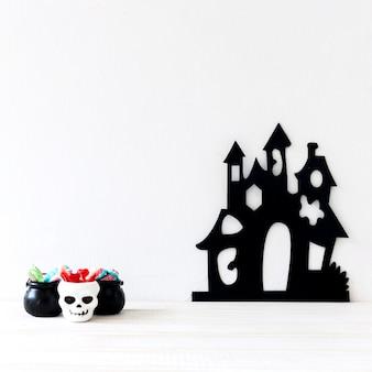 Dulces de halloween cerca de castillo de miedo