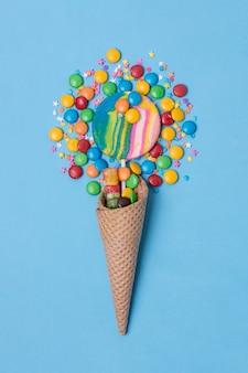 Dulces minimalistas y cono de helado de piruleta