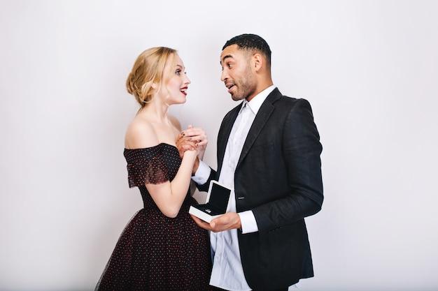 Dulces momentos felices de linda pareja enamorada. propuesta de matrimonio, asombrado, anillo, presente, día de san valentín, sensual, celebración juntos, estado de ánimo alegre, sonriente.