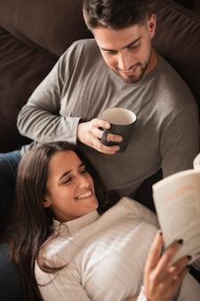 Dulces momentos de pareja juntos en casa