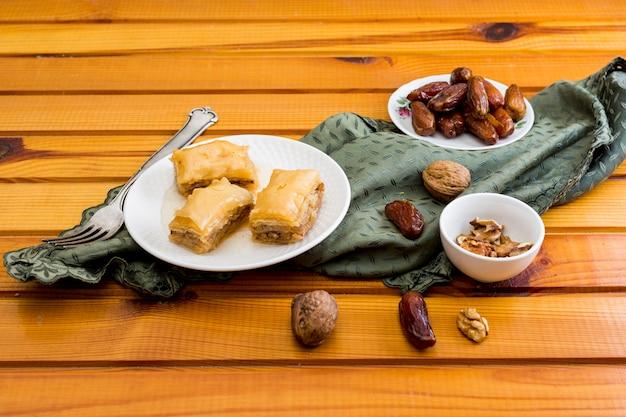 Dulces orientales con dátiles frutales y nueces.