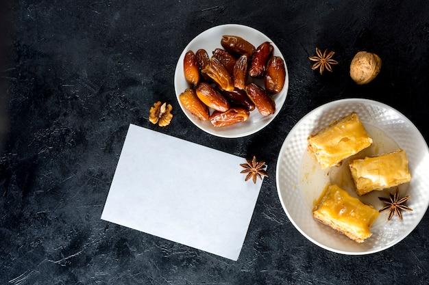 Dulces orientales con dátiles frutales y papel.