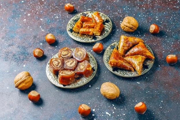 Dulces orientales, delicia turca tradicional variada con nueces.