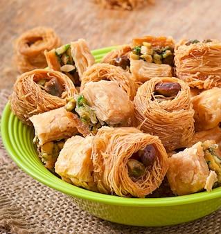 Dulces orientales en mesa de madera