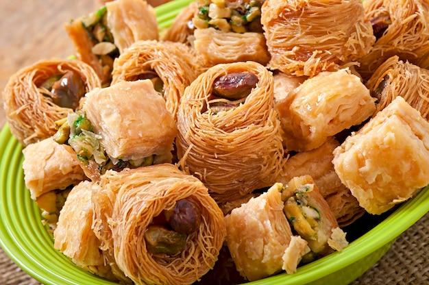 Dulces orientales en mesa rústica