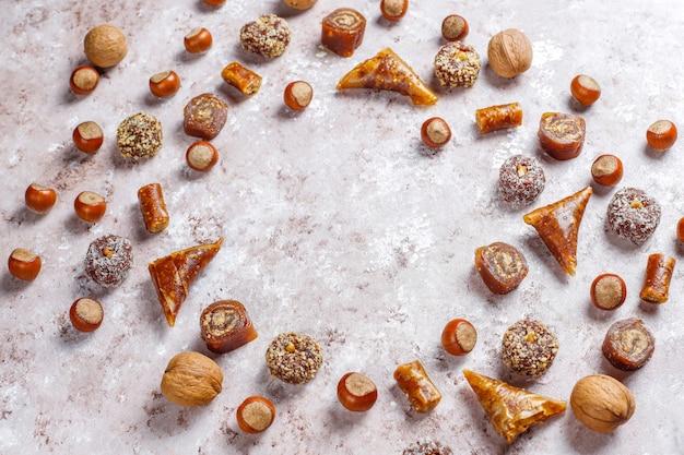 Dulces orientales, una variedad de delicias turcas tradicionales con nueces.