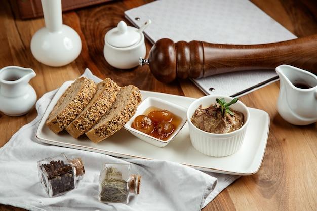 Dulces con pan de centeno higos mermelada pastel sal y pimienta en la mesa