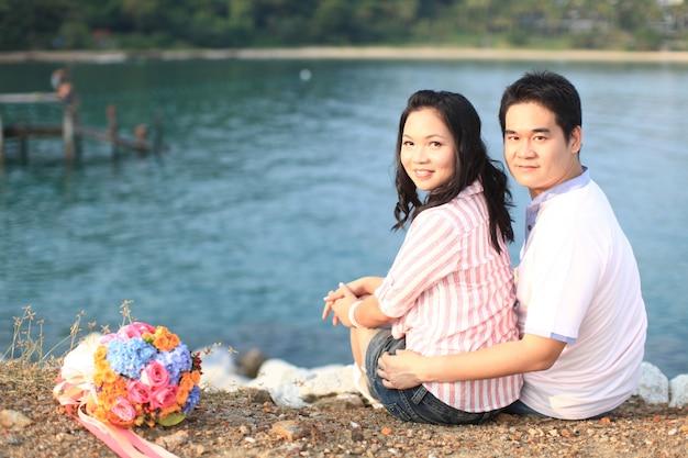 Dulces parejas saliendo en la playa