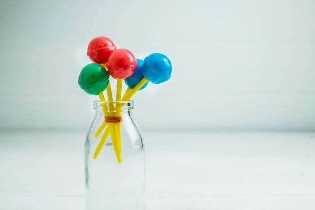 Las dulces piruletas de los niños sobre la mesa