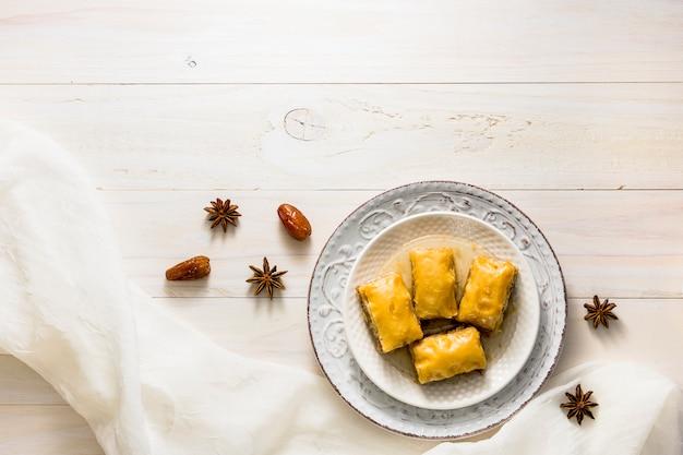Dulces del este en la placa en la mesa
