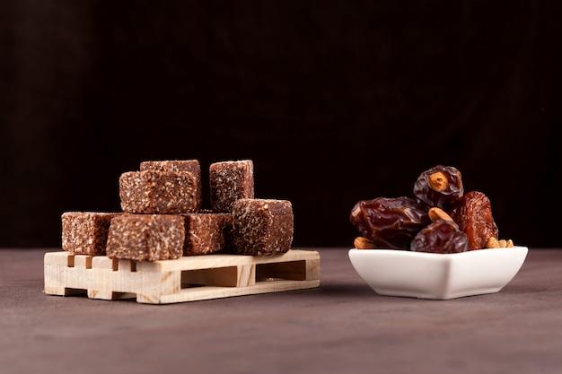 Dulces saludables dulces de frutos secos con miel y nueces fondo oscuro enfoque selectivo espacio de copia