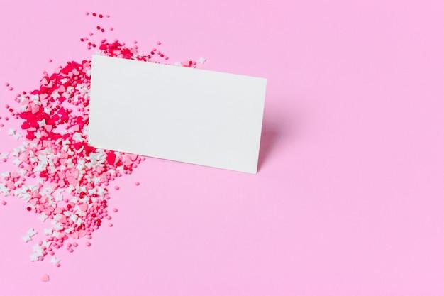 Dulces y tarjeta vacía en rosa.