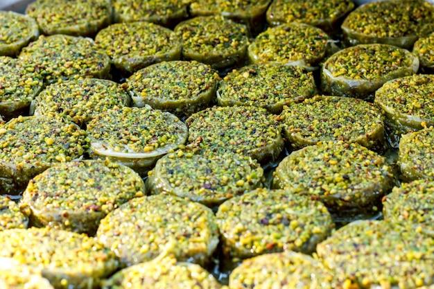 Dulces tradicionales baklava turco en el buffet abierto en un hotel en turquía