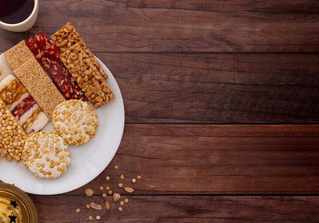 Dulces tradicionales mawlid en mesa de madera marrón, copyspace para texto