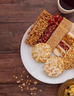 Dulces tradicionales mawlid en mesa de madera marrón