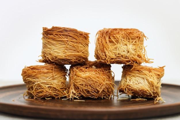 Dulces tradicionales orientales en placa marrón