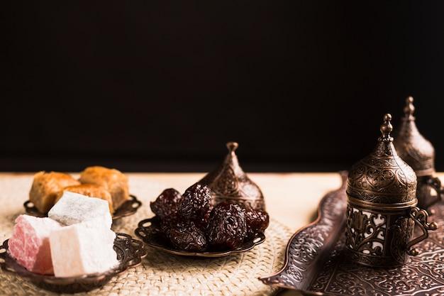 Dulces turcos tradicionales y juego de café