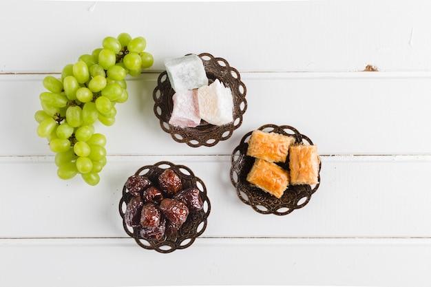 Dulces y uvas orientales.