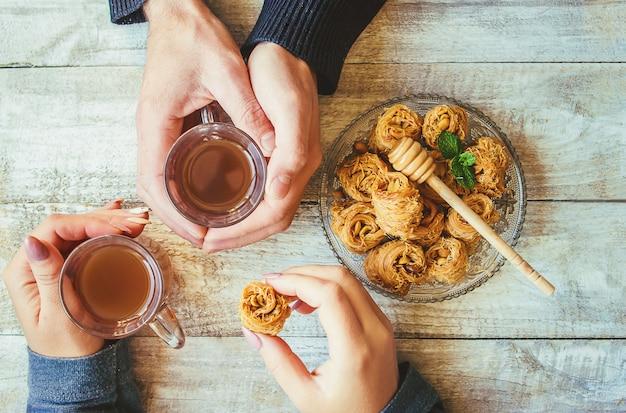 Dulzura oriental, baklava con cacahuetes y miel. aislar. enfoque selectivo
