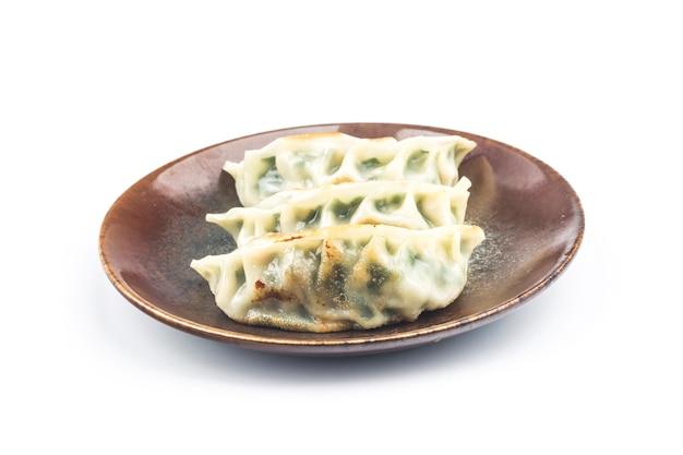 Dumpling frito aislado en blanco