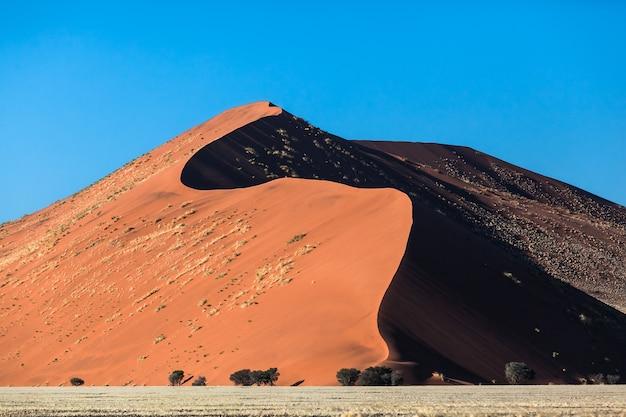 Dunas de arena y cielo azul