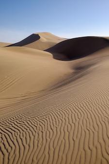Dunas del desierto de huacachina en perú