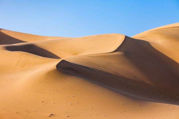 Dunas del desierto de huacachina en perú.