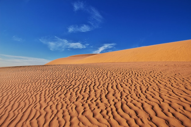 Dunas en el desierto del sahara en el corazón de áfrica