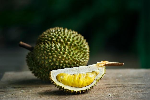 Durian maduro en la mesa bajo la sombra del árbol en el fondo del jardín