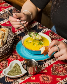 Dushbere fresco con pan sobre la mesa