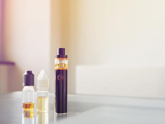 E-cigarrillo para vapear. dispositivo vape con líquidos.