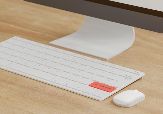 E - concepto de aprendizaje, mouse y teclado en mesa de madera, escuela en línea con representación 3d