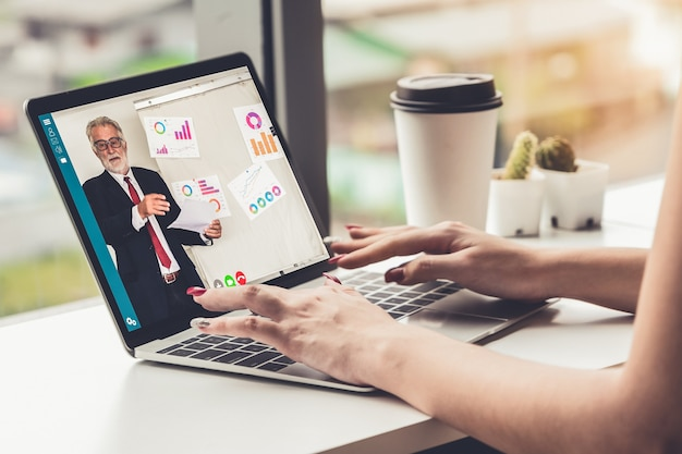 E-learning y concepto de reunión de presentación de negocios en línea.