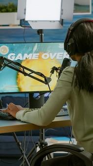 E-sport streamer está molesto perdiendo el campeonato de videojuegos de lanzamiento espacial jugando en la computadora