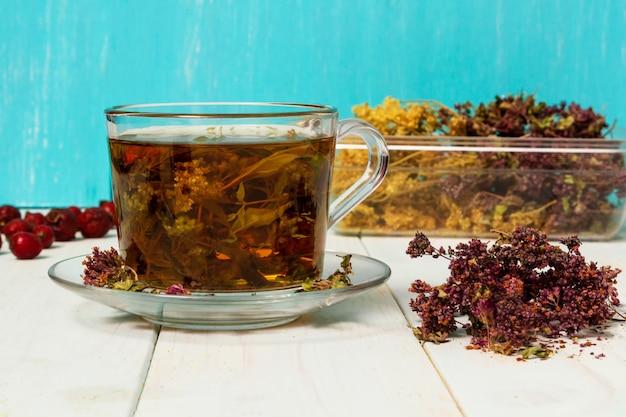 Ea de hierbas medicinales. hierbas medicinales secas para la salud.
