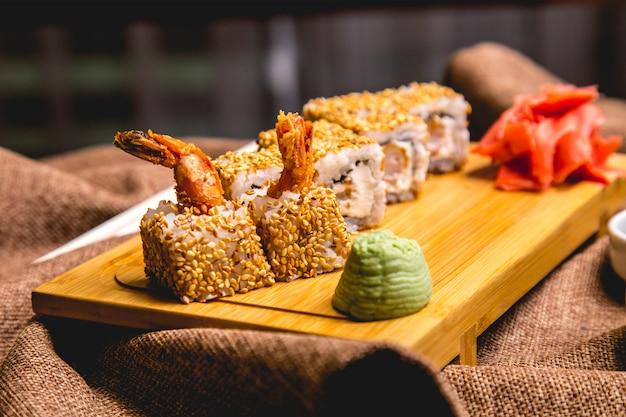 Ebi maki langostino wasabi jengibre vista lateral