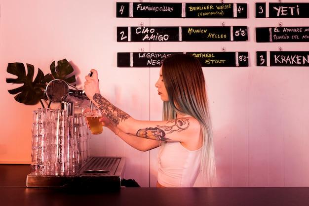 Echando cerveza en vaso