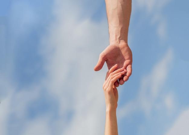 Echando una mano amiga. solidaridad, compasión y caridad, rescate
