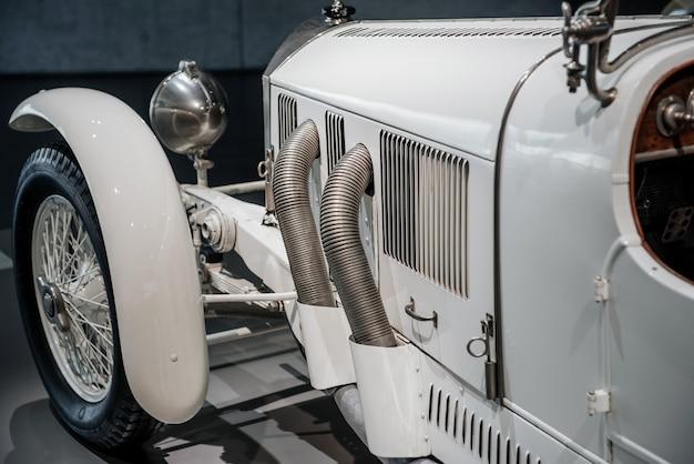 Echando un vistazo más de cerca a esta pieza de arte de transporte retro blanco.