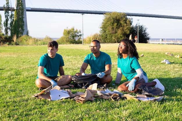 Eco activistas clasificando desechos afuera
