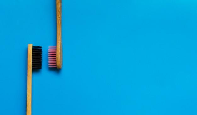 Eco cepillos de dientes de bambú natural sobre fondo azul. cero desperdicio plano puesto 3
