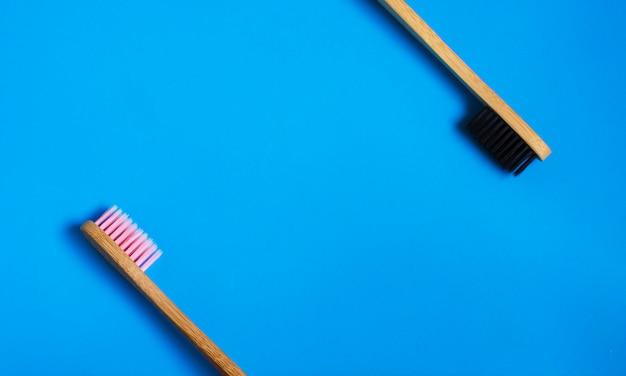 Eco cepillos de dientes de bambú natural sobre fondo azul. cero desperdicio plano puesto 4