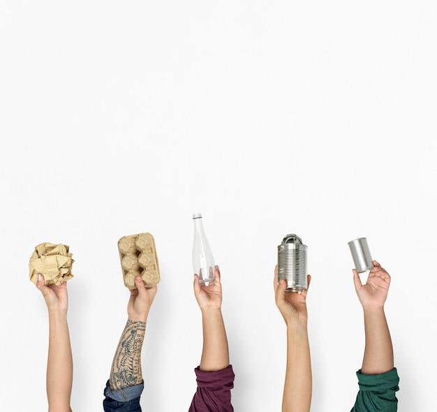 Ecología mano humana sosteniendo cosas para reciclar.