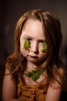 Ecología, respiración y salud del concepto de la glándula tiroides, niña con ramitas de helecho pegadas con tiritas en la garganta y la cara.