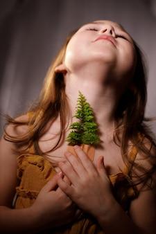 Ecología, respiración y salud del concepto de la glándula tiroides, niña con ramitas de helecho pegadas con tiritas en la garganta.