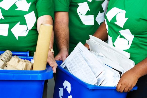 Ecologistas reciclando para el día mundial del medio ambiente