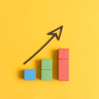 Economía de crecimiento empresarial con flecha y cubos