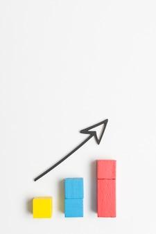Economía de crecimiento empresarial con flecha y espacio de copia