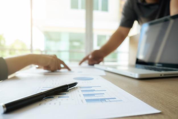 Economía masculina éxito personal reunión