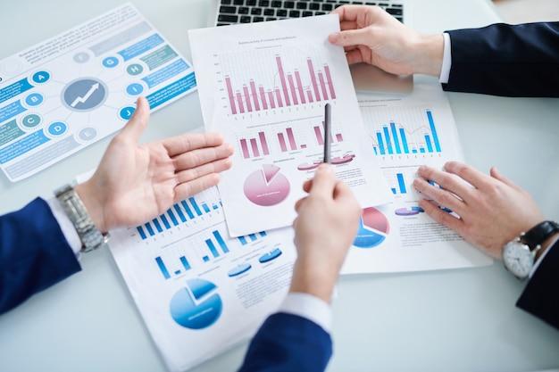 Economistas discutiendo documentos